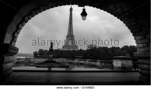 eiffel-tower-view-from-bir-hakeim-bridge-paris-france-g1anbd