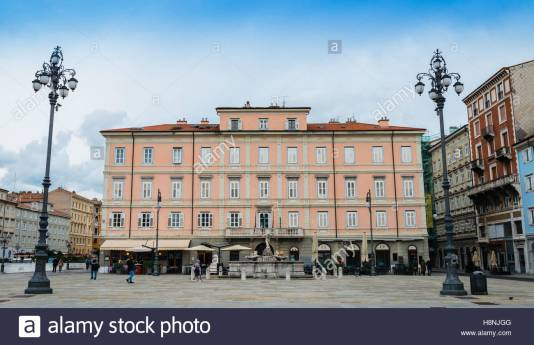 restaurants-and-people-walking-at-the-canal-grande-area-in-trieste-H8NJGG