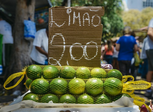 Close up a sign written in Portuguese selling lemon