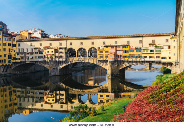 ponte-vecchio-old-bridge-in-florence-tuscany-italy-on-a-beautiful-kfy3ka